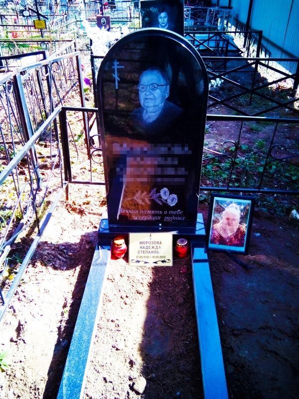 Гранитный памятник на могилу №1112.